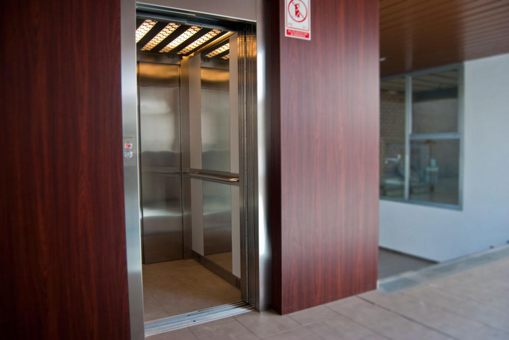 ascensor electrico cuatro personas